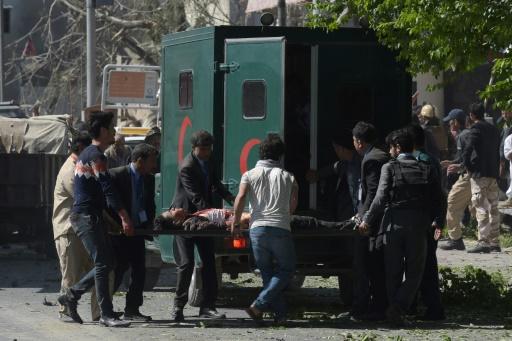 Un blessé est porté vers une ambulance après l'attaque suicide au camion piégé du 31 mai 2017 à Kaboul © SHAH MARAI AFP/Archives