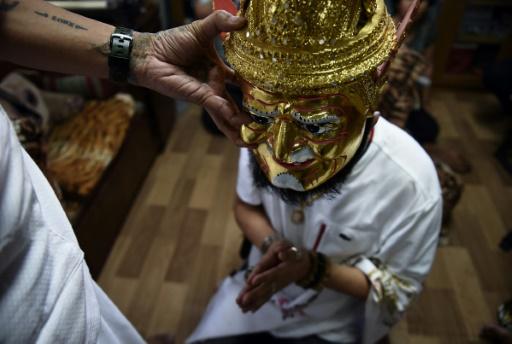 Une cérémonie chez Toon, ermite thaïlandais (G), à Khon Kaen dans le nord de la Thaïlande, le 20 mai 2017 © Lillian SUWANRUMPHA AFP
