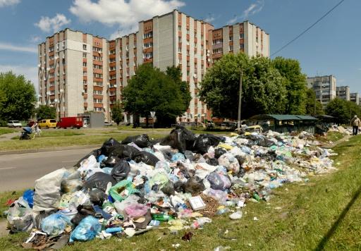 Des piles d'ordures s'entassent dans  les rues de Lviv, dans l'ouest de l'Ukraine, le 21 juin 2017 © Yuri DYACHYSHYN AFP