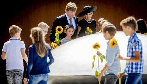 Le roi Willem-Alexander (C, gauche) et la reine Maxima des Pays-Bas (C) inaugurent le monument en hommage aux victimes du crash du vol MH17, à Vijfhuizen, le 17 juillet 2017 © Remko de Waal ANP/AFP