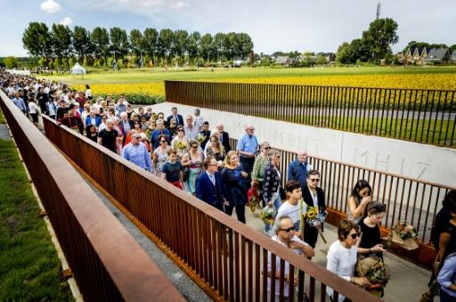 Des proches se dirigent vers le mémorial en souvenir des victimes du vol MH17, le 17 juillet 2017 à Vijfhuizen aux Pays-Bas © Remko de Waal ANP/AFP