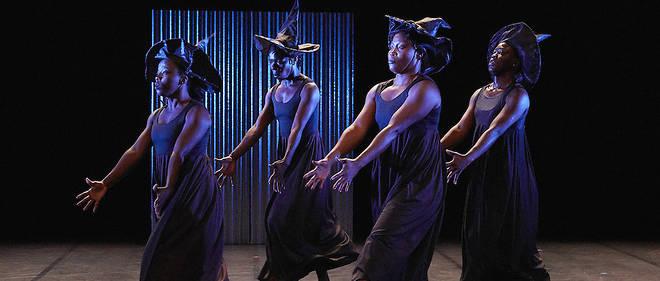 """Nadia Beugré et Nina Kipré rendent hommage à une fondatrice de la danse ivoirienne, Béatrice Kombé, disparue en 2007, en reprenant sa pièce """"Sans repères""""."""