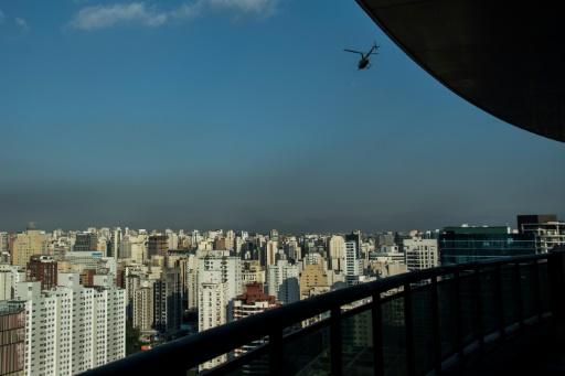 Un hélicoptère, parade aux gigantesques embouteillages, survole la ville de Sao paulo, le 23 juin 2017 © NELSON ALMEIDA AFP/Archives