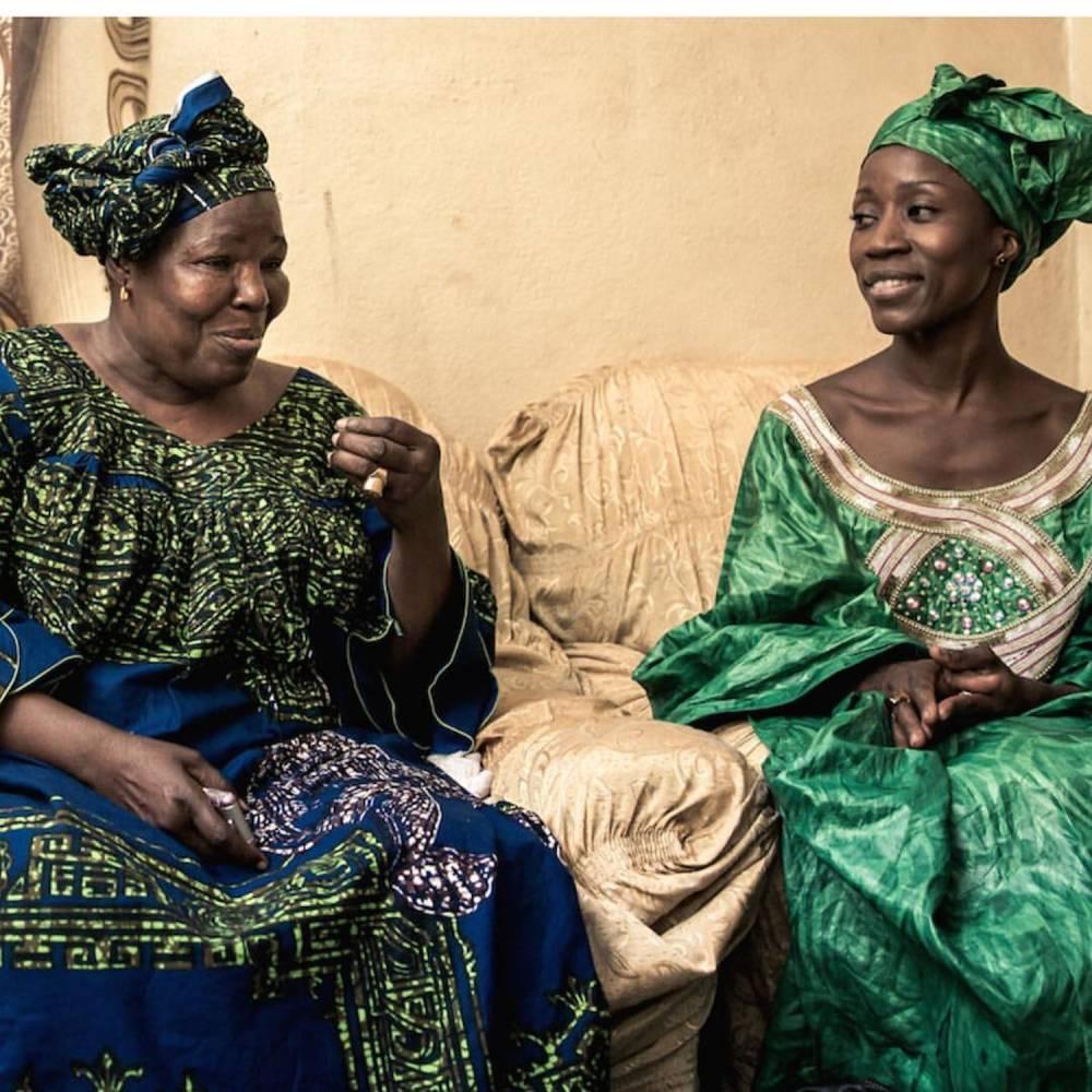 Ici, Rokia Traoré assise aux côtés de l'artiste malienne Bako Dagnon.  ©  DR