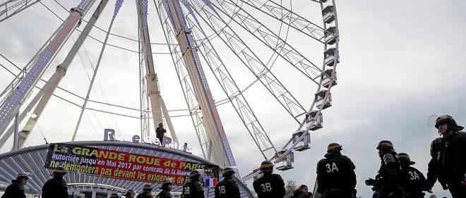 Des forains bloquent l'accès à la place de la Concorde pour s'opposer au démontage de la grande roue ordonné par l'État en 2016.