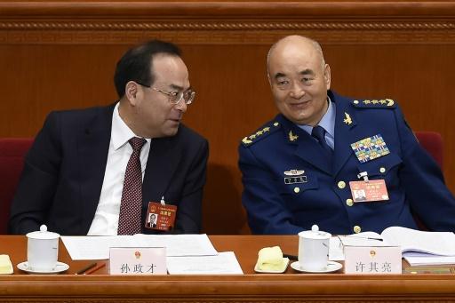 Sun Zhengcai (G), ancien secrétaire du Parti à Chongqing (sud-ouest de la Chine), le 5 mars 2017 à Pékin en compagnie du vice-président de la Commission militaire centrale, Xu Qiliang (D) © WANG ZHAO AFP/Archives