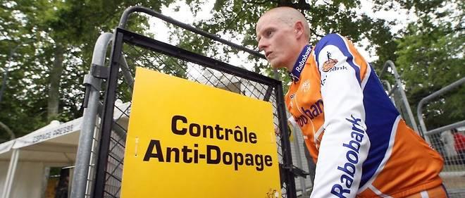 Après avoir porté le maillot jaune pendant neuf jours, le Danois Michael Rasmussen est renvoyé par son équipe pour avoir menti sur son emploi du temps et s'être soustrait à des contrôles antidopage.