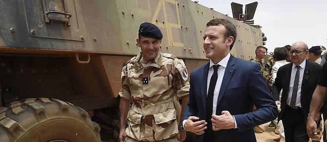 Emmanuel Macron et Jean-Yves Le Drian visitent les troupes de l'opération Barkhane à Gao, dans le nord du Mali, le 19 mai 2017. ©CHRISTOPHE PETIT TESSON