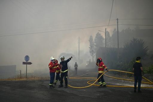 Des pompiers se positionnent à l'approche d'un incendie à Maçao, le 25 juillet 2017 au Portugal © PATRICIA DE MELO MOREIRA AFP