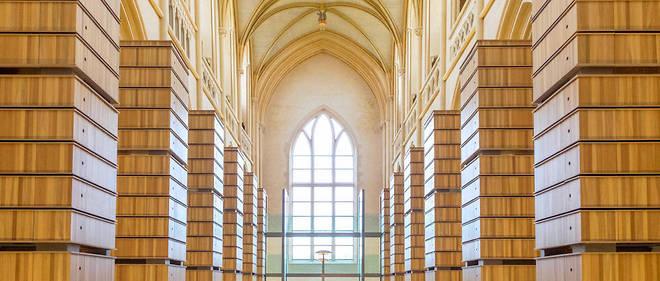 Rayonnage. La bibliothèque de l'Institut mémoires de l'édition contemporaine (Imec) a été aménagée dans la nef de l'église, à Saint-Germain-la-Blanche-Herbe.