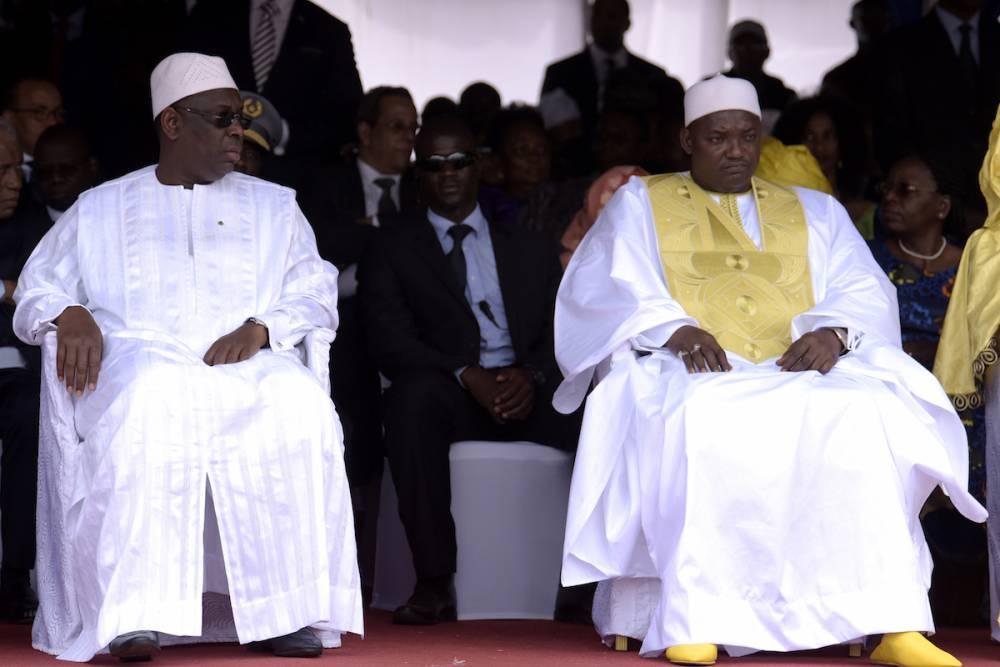 Les présidents Macky Sall (Sénégal) et Adama barrow (Gambie) le 18 février 2017 pour l'investiture du tout nouveau président gambien au stade de l'Indépendance à Bakau. ©  SEYLLOU / AFP
