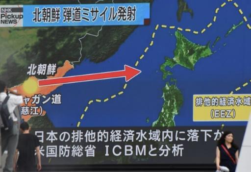 Sur un écran géant de Tokyo le 29 juillet 2017 les télévisions rapportent le tir de missile effectué par la Corée du Nord © Kazuhiro NOGI AFP
