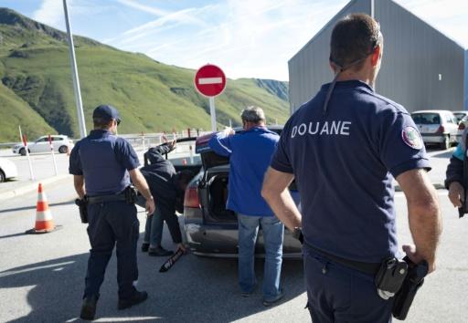 Des douaniers contrôlent des véhicules français revenus de Pas-de-la-Case en Andorre, le 27 juillet 2017 © ERIC CABANIS AFP