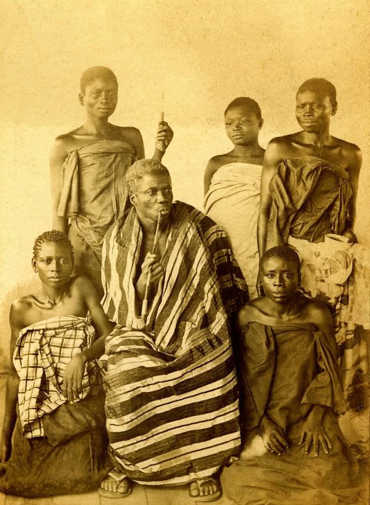 Bhanzin (1844-1906), dernier roi du royaume d'Abomey (Dahomey - aujourd'hui le Bnin) entouré de sa famille. Il s'opposa fortement à la colonisation française de son royaume. En 1894. ©  Coll. Grard Lvy / adoc-photo / AR
