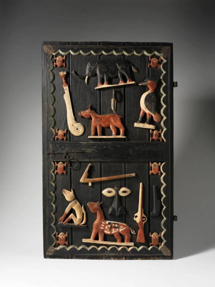 Bestiaire. Ci-dessus, détails sculptés d'une porte du palais du roi Glélé représenté ci- contre en homme-lion. Des trésors exposés au musée du Quai-Branly. ©  Patrick Gries