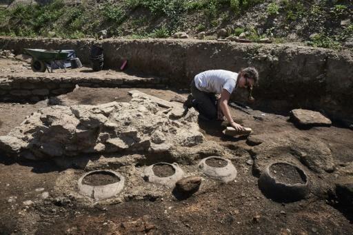 Des archéologues procèdent à des fouilles après la découverte d'un site datant de l'époque romaine, le 31 juillet 2017 à Sainte-Colombe, dans le Rhône © JEAN-PHILIPPE KSIAZEK AFP