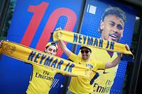 Supporteurs du PSG devant la boutique du club sur les Champs-Élysées à Paris. ©BENJAMIN CREMEL