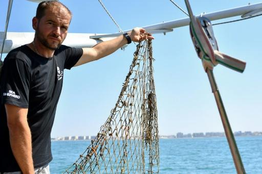 """""""Manu"""", surnommé Corto, dirige des opérations de chasse aux """"filets fantômes"""" pour l'ONG de protection des écosystèmes marins Sea Shepherd, près de Palavas-les-Flots (Hérault), le 4 août 2017 © BERTRAND LANGLOIS AFP"""