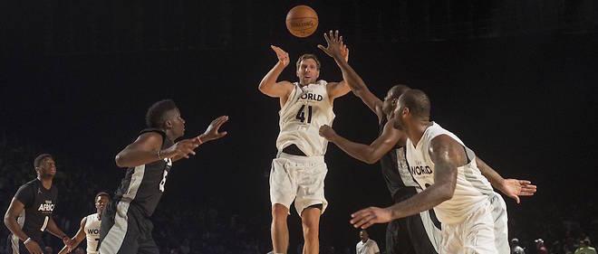 """Dirk Nowitzki de l'équipe Team World en action devant des joeurs du Team Africa lors du match de """"All Star Game"""" de Johannesburg de promotion de la NBA en Afrique le 5 août 2017."""