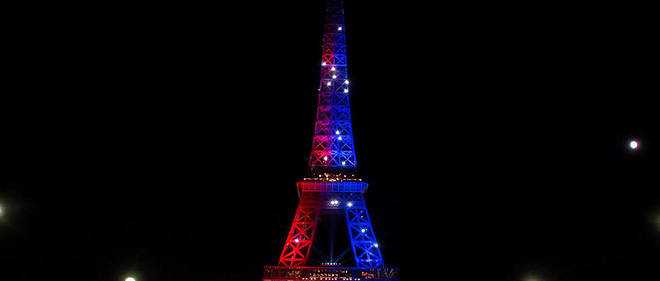 Samedi 5 août, de 21 h 30 à 1 heure du matin, la tour Eiffel a été illuminée en bleu et rouge, les couleurs du PSG, pour célébrer l'arrivée de l'attaquant brésilien Neymar.