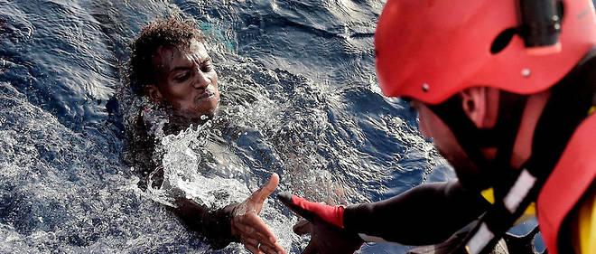 L'ONG espagnole Proactiva Open Arms porte secours à un homme le 3 octobre 2016 au large des côtes libyennes.