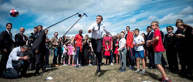 Emmanuel Macron sur la base de plein air et de loisirs des Boucles de Seine, le 3août, à Moisson (Yvelines), en présence de Valérie Pécresse (arrière-plan), présidente de la région Île-de-France.