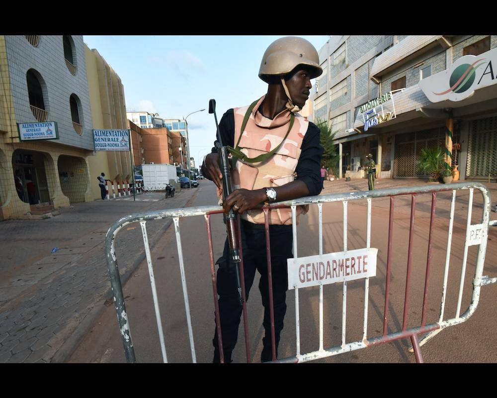 Un membre des Forces de sécurité burkinabè lors de la visite du président malien IBK en solidarité avec le peuple burkinabè après l'attentat du 13 août 2017 à Ouagadougou.  ©  SIA KAMBOU / AFP