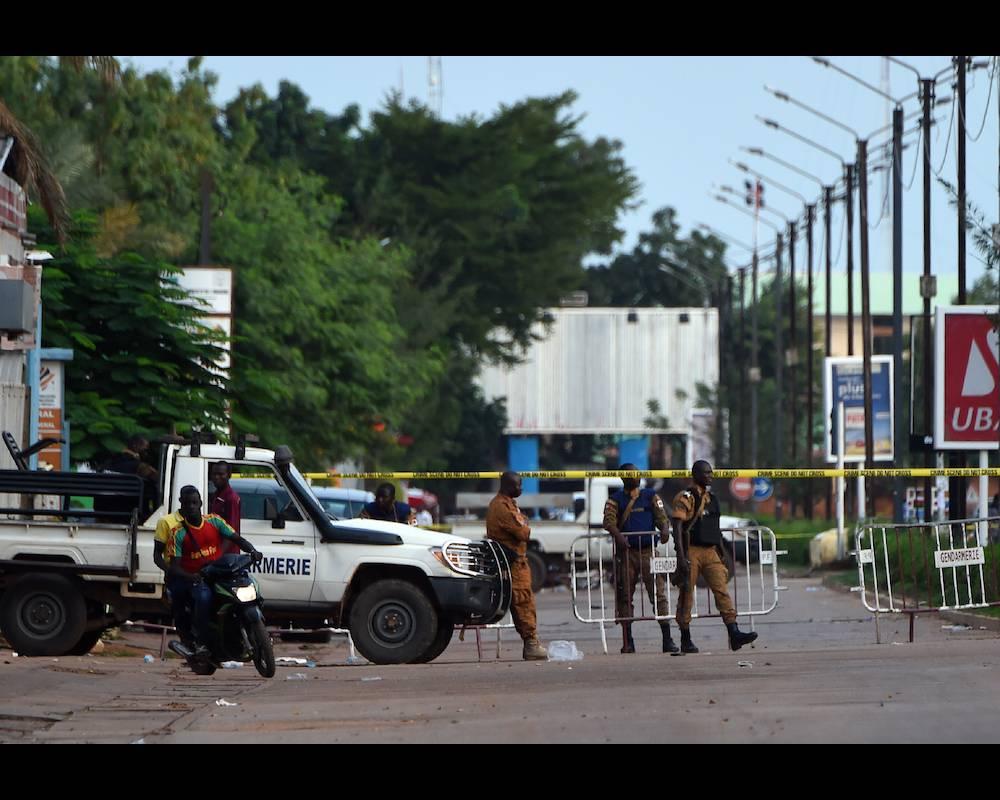 Des gendarmes burkinabè debout à un check-point à Ouagadougou après l'attentat du 13 août 2017.  ©  SIA KAMBOU / AFP
