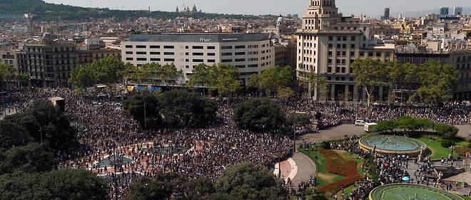 Une foule impressionnante s'est rendue place de Catalogne pour une minute de silence.