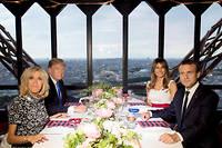 Les époux Macron et Trump lors d'un dîner officiel à la tour Eiffel, le 13 juillet 2017. ©SAUL LOEB