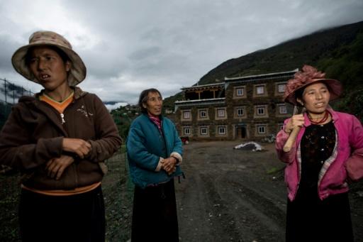 Dolma Lhamo (c), 60 ans, et ses filles de l'éthnie tibétaine des Zhaba, dans la vallée du fleuve Yalong dans la province chinoise du Sichuan, le 28 mai 2017 © Johannes EISELE AFP