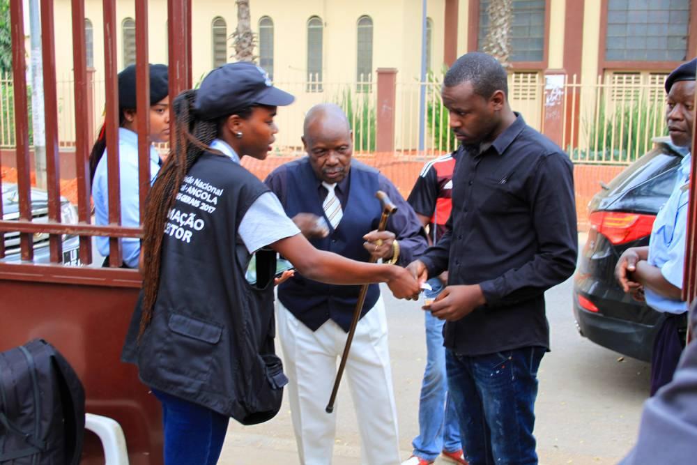des agents sont postés devant les centres de vote à Luanda pour aider les votants.  ©  Muriel Devey Malu-Malu
