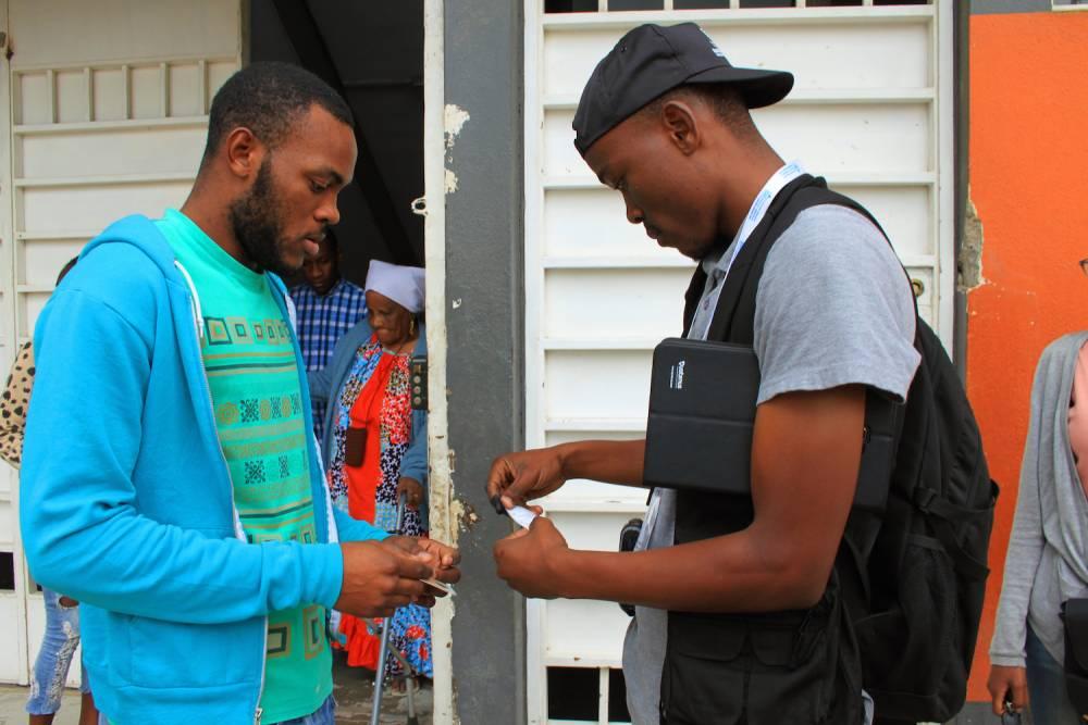 Des jeunes appelés en renfort pour guider les votants.  ©  Muriel Devey Malu-Malu
