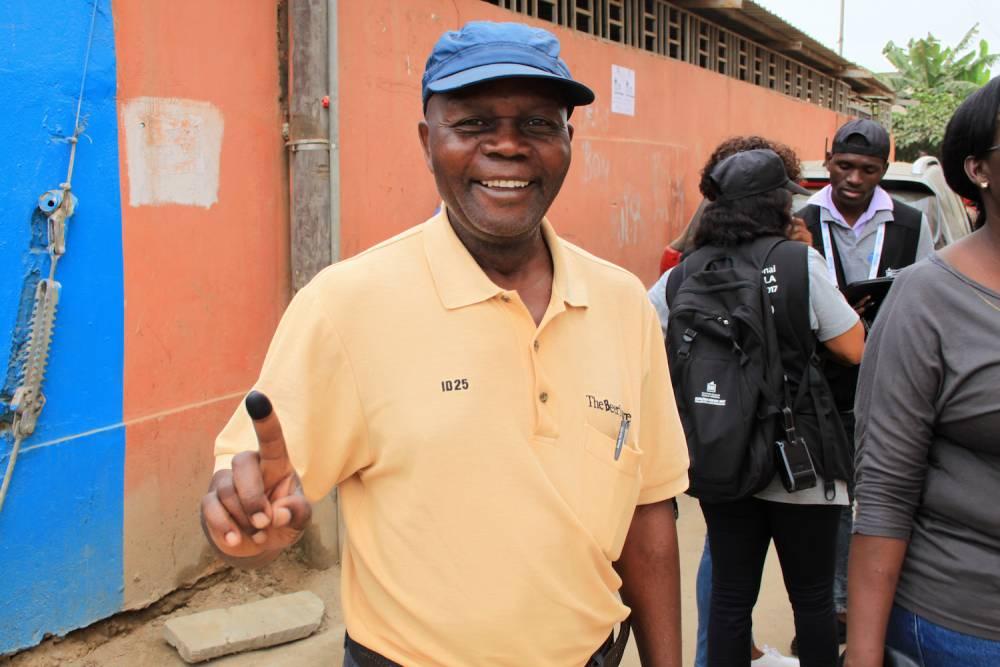 Cet homme vient juste de voter et sourit en montrant son doigt plein d'encre.  ©  Muriel Devey Malu-Malu