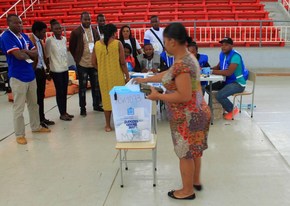 Une femme qui vote pour les élections législatives à Luanda, la capitale angolaise. ©  Muriel Devey Malu-Malu