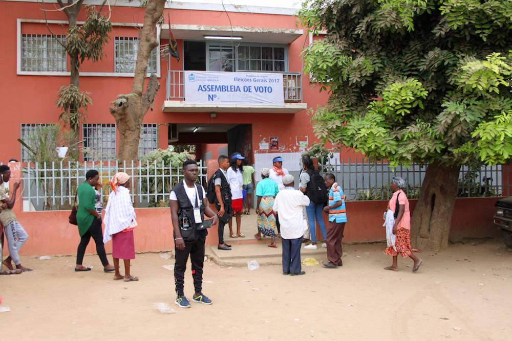 Des électeurs attendent devant un centre de vote à Luanda le 23 août 2017. ©  Muriel Devey Malu-Malu