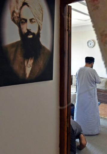 Fondé par Mirza Ghulam Ahmad (portrait à gauche sur le mur) à la fin du XIXesiècle dans le nord de l'Inde, l'ahmadisme n'a pris racine en Algérie qu'à partir de 2007, quand une chaîne de télévision du mouvement a pu être captée par satellite dans le pays. © RYAD KRAMDI AFP