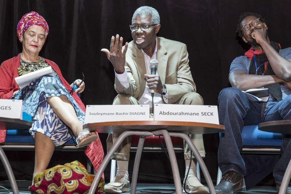Salle de cinéma de l'institut Français. Discussion «  Universalisme, décolonialité et mutualité ». De gauche à droite : Françoise Vergès, Souleymane Bachir Diagne, Abdourahmane Seck. ©  Photo Antoine Tempé