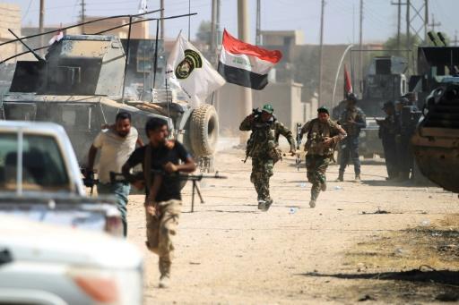 Les blindés de l'armée irakienne et des unités paramilitaires du Hachd al-Chaabi avançent dans Tal Afar, le 24 août 2017 © AHMAD AL-RUBAYE AFP