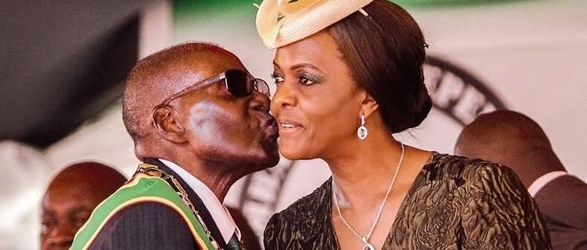 Le président du Zimbabwe Robert Mugabe embrasse son épouse Grace à Harare, le 18 avril 2017.
