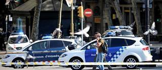 Des voitures de police et des policiers sur les Ramblas de Barcelone; après l'attentat du 17 août.
