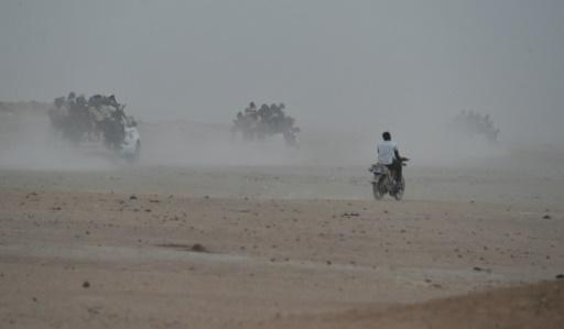 Des pick-ups remplis de migrants de l'Afrique de l'Ouest quittent Agadez au Niger pour la Libye le 1er juin 2015  © ISSOUF SANOGO AFP/Archives