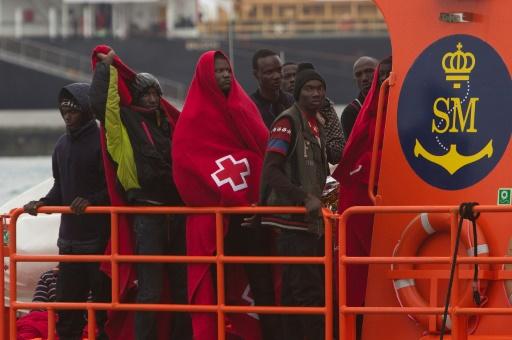 Un groupe de migrants arrive dans le port espagnol de Malaga à bord d'un bateau des garde-côtes qui les a secourus en mer le 3 décembre 2016 © SERGIO CAMACHO AFP/Archives