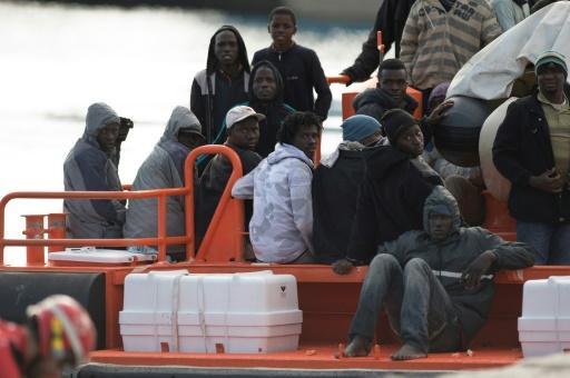 Un groupe de migrants arrive dans le port espagnol de Malaga à bord d'un bateau des garde-côtes qui les a secourus en Méditerranée le 1er janvier 2017 © JORGE GUERRERO AFP/Archives