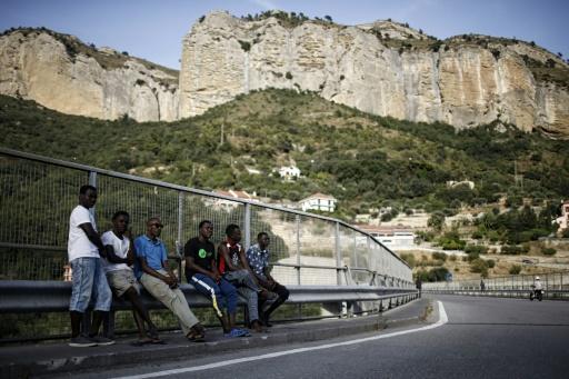 Des migrants attendent à Vintimille près de la frontière franco-italienne le 8 août 2017 © Marco BERTORELLO AFP/Archives