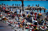 Sur la promenade des Anglais, à Nice, le 15 juillet 2016, au lendemain de l'attentat au camion bélier qui a fait 86 morts. ©ANNE-CHRISTINE POUJOULAT