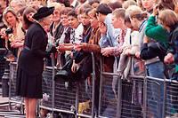 Le 5 septembre 1997, la reine Elizabeth II s'adresse à la foule venue rendre hommage à la princesse Diana la veille de ses obsèques.