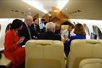 Emmanuel et Brigitte Macron entourés des conseillers affaires étrangères dans le Falcon présidentiel qui les mènent en Europe de l'Est.