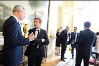 Emmanuel Macron en grande conversation avec Bruno Le Maire, ministre de l'Économie.