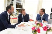 Emmanuel Macron entouré du Premier ministre Édouard Philippe et du porte-parole du gouvernement Christophe Castaner. Photo prise lundi 28 août.